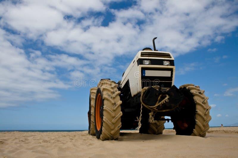 Trattore sulla spiaggia fotografia stock libera da diritti
