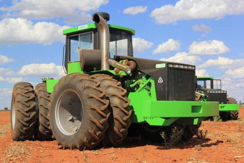 Trattori di Agrico che lavorano ad un campo vicino a Lichtenburg nel Sudafrica immagini stock libere da diritti