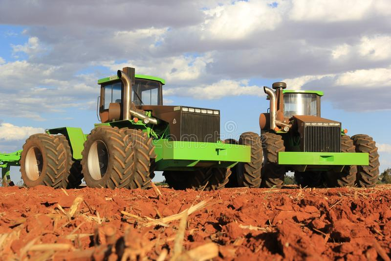 Trattori di Agrico che lavorano ad un campo vicino a Lichtenburg nel Sudafrica fotografie stock