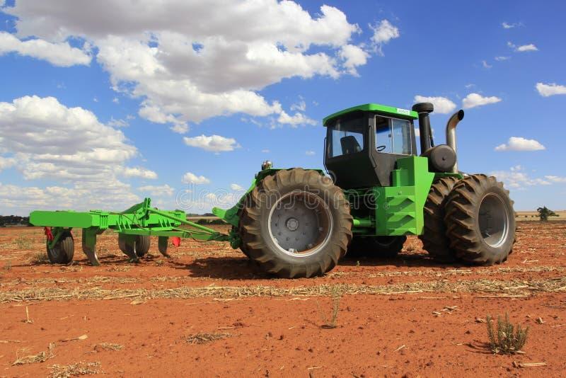 Trattori di Agrico che lavorano ad un campo vicino a Lichtenburg nel Sudafrica fotografia stock libera da diritti