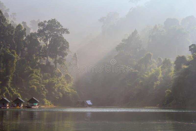 Tratwa domy na Cheow Lan jeziorze zdjęcia royalty free