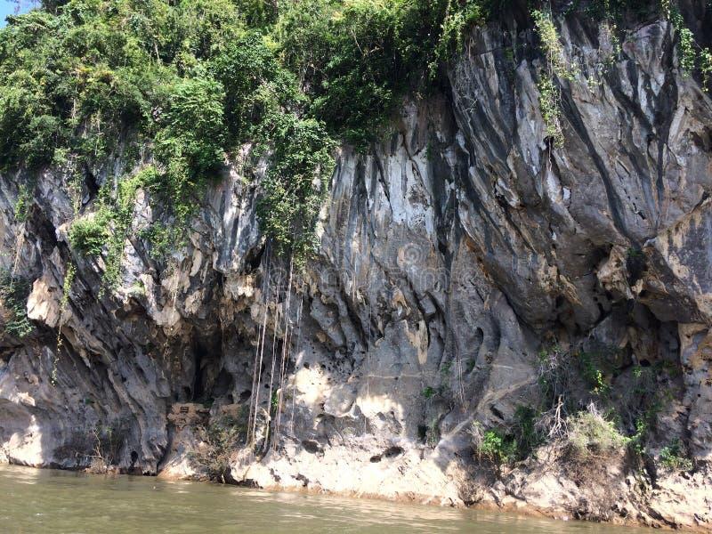 Tratwa i łódkowata wycieczka turysyczna przy siklawą Sai Yok Kanchanaburi Tajlandia fotografia stock