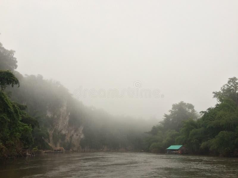 Tratwa i łódkowata wycieczka turysyczna przy siklawą Sai Yok Kanchanaburi Tajlandia obrazy stock