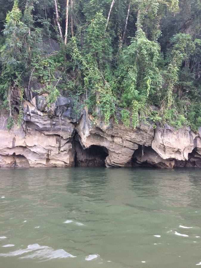 Tratwa i łódkowata wycieczka turysyczna przy siklawą Sai Yok Kanchanaburi Tajlandia zdjęcia stock
