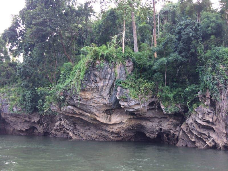 Tratwa i łódkowata wycieczka turysyczna przy siklawą Sai Yok Kanchanaburi Tajlandia obraz royalty free