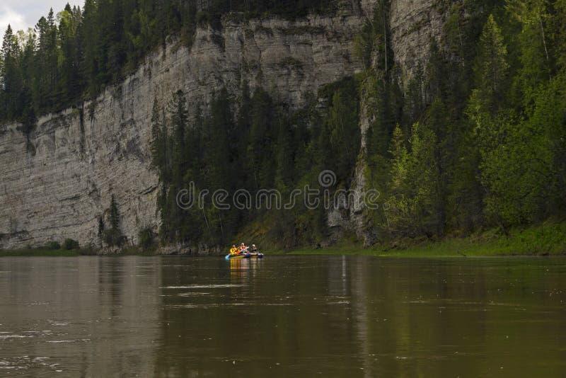 Tratwy drużyna podróżuje wzdłuż rzeki obraz royalty free