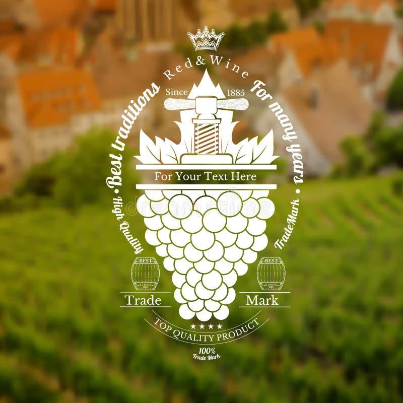 Trauben bündeln mit Blatt und Weinlesepresse oben Weinaufkleber auf Weinberg und Stadt verwischte Hintergrund stock abbildung