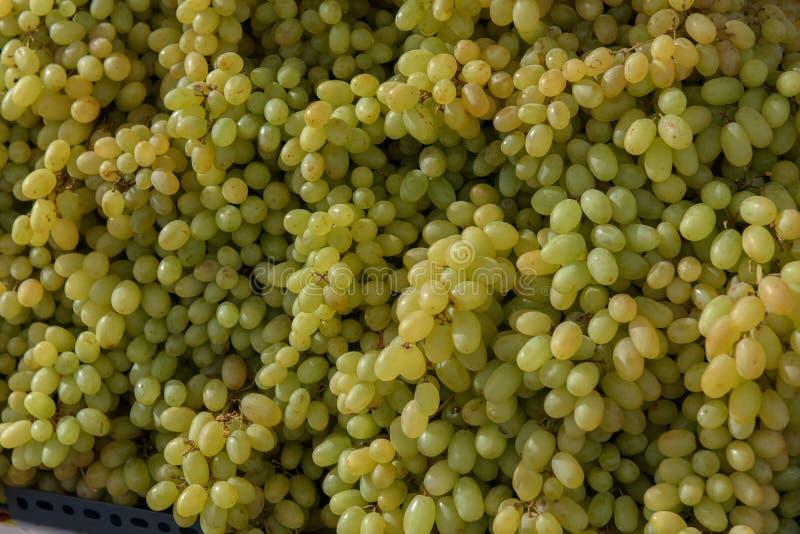 Trauben an einem Straßenmarkt stockbild