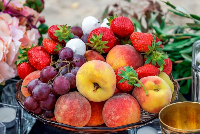 Trauben, Erdbeeren, Pfirsiche und Eibische stockbild