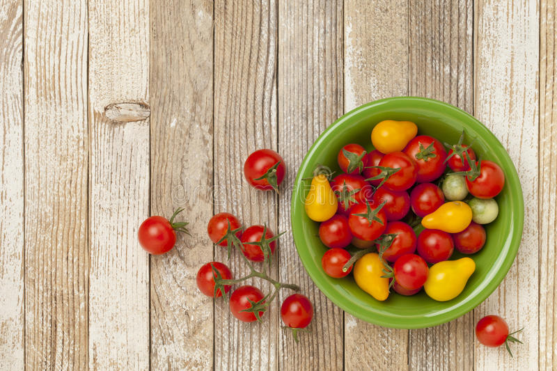 Trauben- und Kirschtomaten stockbilder