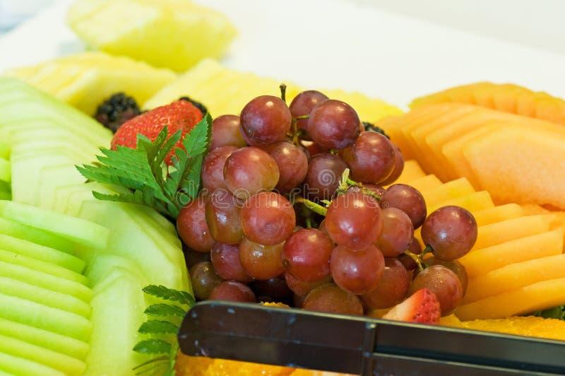 Trauben und Melonen auf Mehrlagenplatte stockfotografie