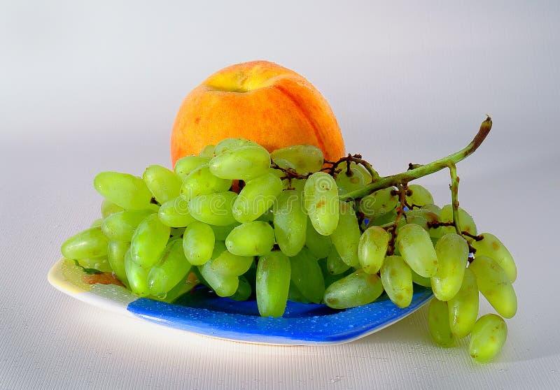 Trauben und Pfirsich stockbilder