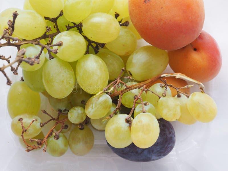 Traubenaprikose und Pflaumenfrucht lizenzfreies stockfoto