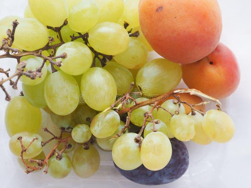 Traubenaprikose und Pflaumenfrucht stockbilder