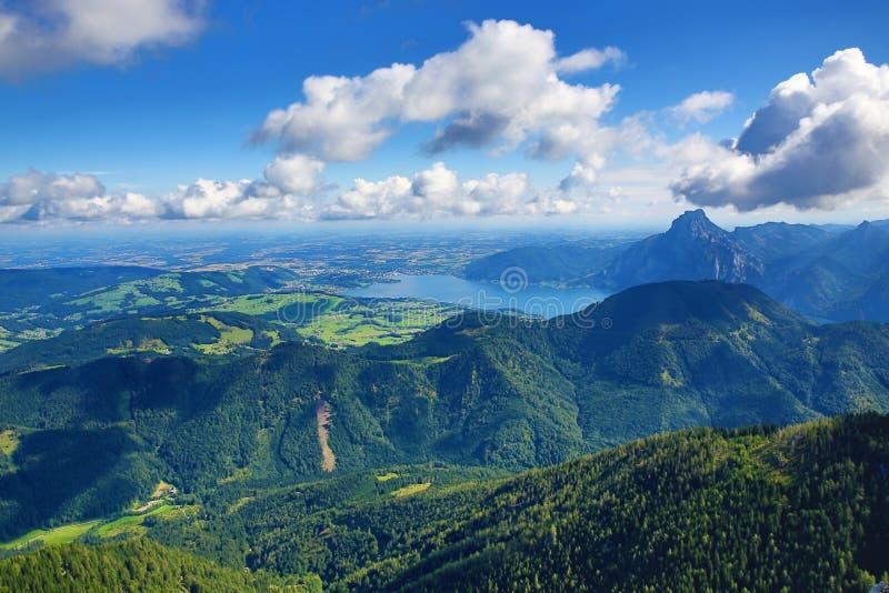 Trauensee e Gmunden, il paesaggio della montagna intorno a Feuerkogel, Salzkammergut, Salisburgo, Austria fotografie stock