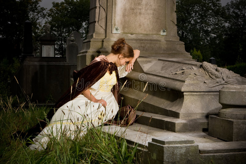 Trauer auf einem Grab stockbild