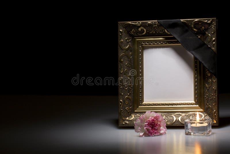 Trauerrahmen mit Blume und Kerze lizenzfreie stockfotografie