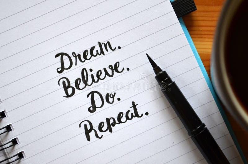 traum believe Tun Sie wiederholung hand-mit Buchstaben gekennzeichnet im Notizbuch lizenzfreies stockfoto