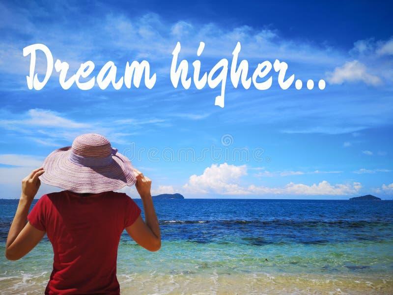 Traum höher und ein schöner sonniger Tag und eine Frauenstellung weiteren Weisenmeerblick weg schauend stockfotos