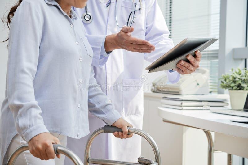 Traumatisera den tålmodiga besöka fysioterapeuten arkivbild
