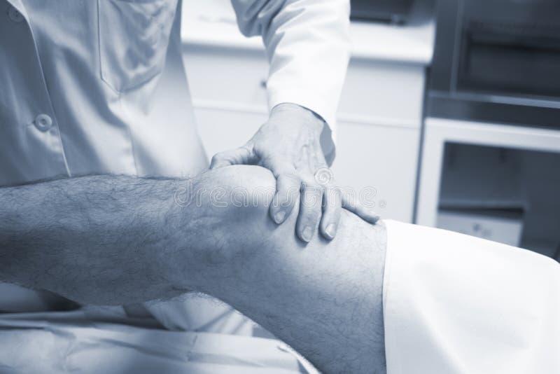 Traumatologist ortopedycznego chirurga doktorski egzamininuje pacjent obrazy stock