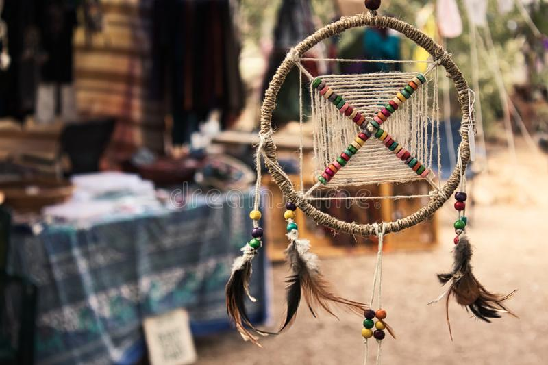 Traumfänger an einem böhmischen Festivalhandwerkermarkt lizenzfreie stockbilder
