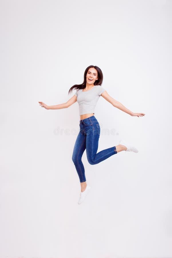 Traumgroßes! Nettes Mädchen springt und Fühlung so sorglos und Zufall lizenzfreie stockbilder