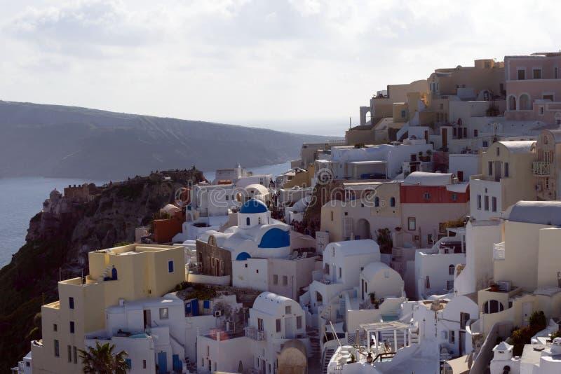 Trauminsel von Santorini, Griechenland Traditionelle weiße griechische Häuser gegen den Hintergrund des Meeres Die Stadt von Oia  stockbild