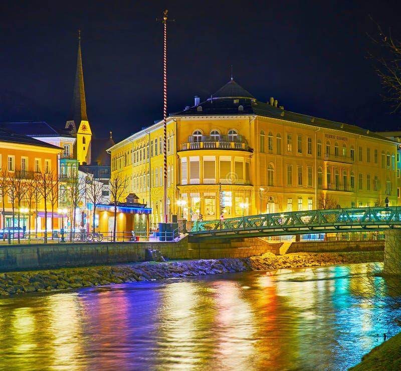 Traun flod i stadsljus, dåliga Ischl, Österrike royaltyfri bild