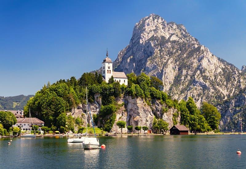 Traunkirchen-Kirche auf Traunsee See stockfotografie