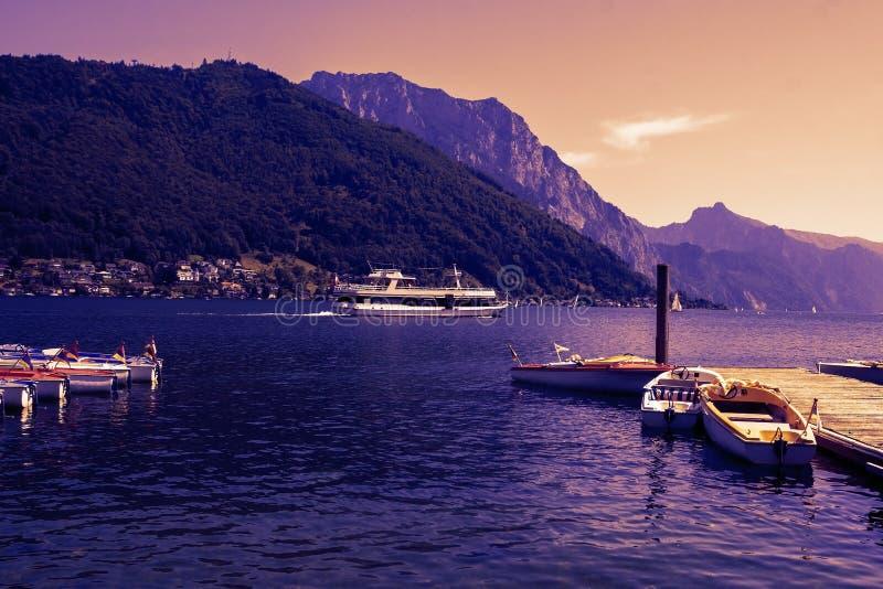 Traunsee湖港口格蒙登,由日落的奥地利晚上 图库摄影