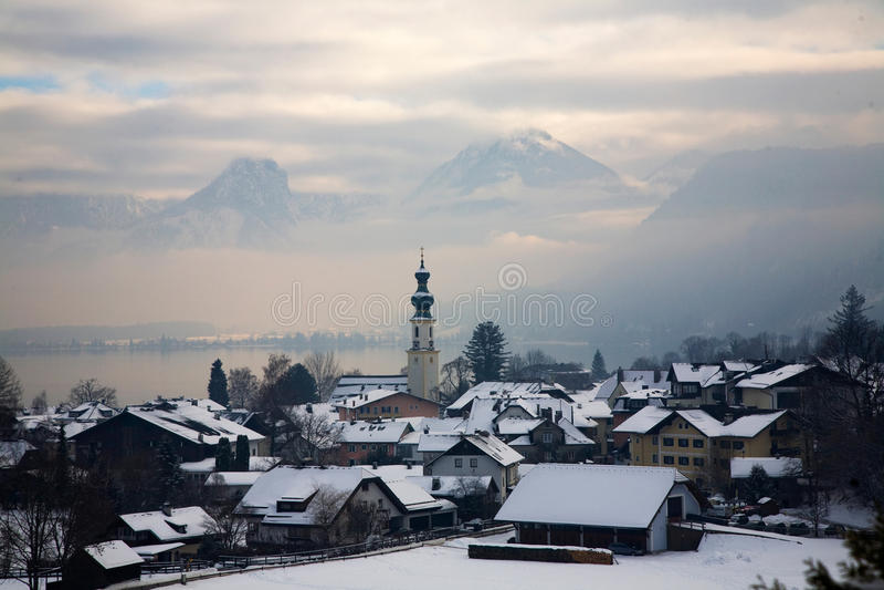 Traunsee в Австрии, туманном ландшафте зимы с горами на предпосылке стоковая фотография