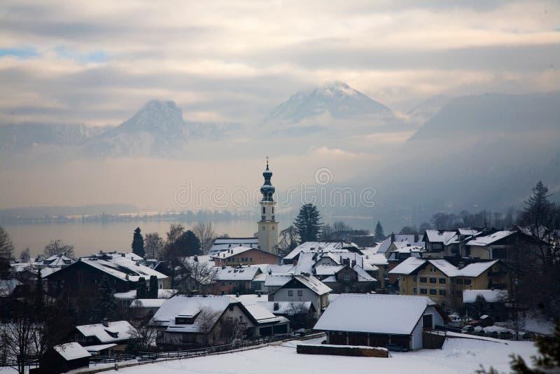 Traunsee in Oostenrijk, mistig de winterlandschap met bergen op een achtergrond stock fotografie