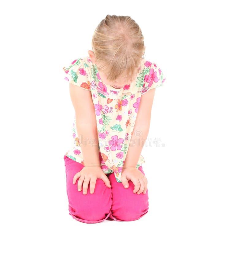 Traurig wenig Mädchen des blonden Haares stockfotografie