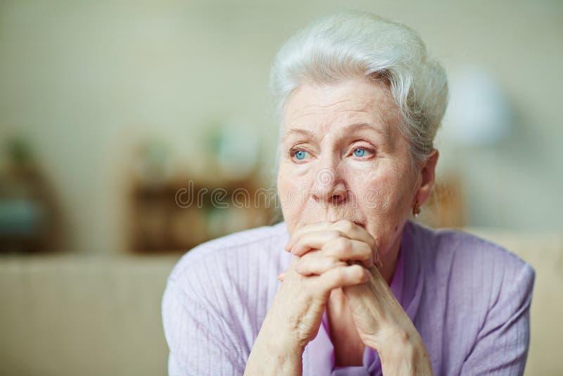 Traurige ältere Frau lizenzfreies stockfoto