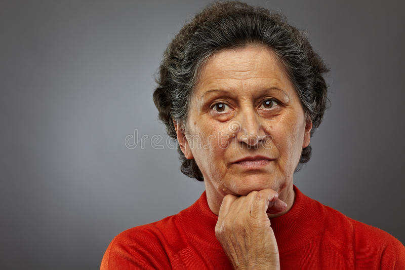 Traurige ältere Frau in den Gedanken lizenzfreie stockfotografie