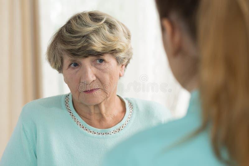 Traurige ältere Frau im Pflegeheim stockbilder