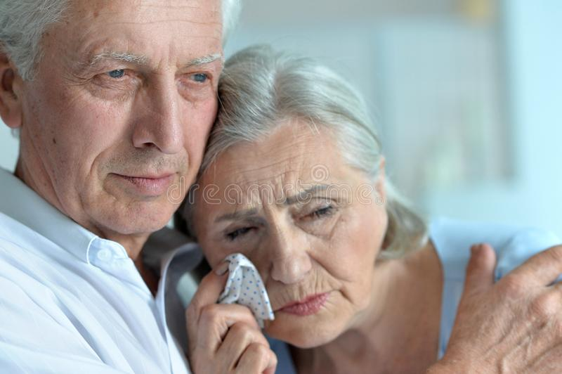 Traurige ältere Paare stockfotografie
