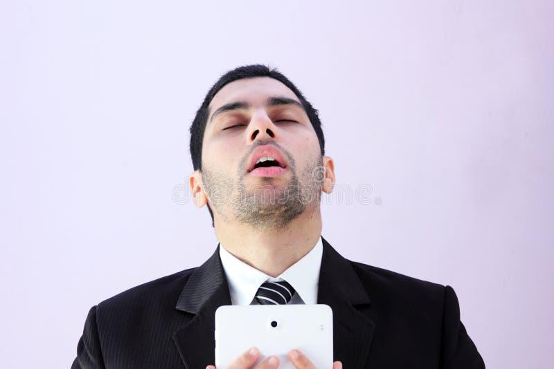 Traurige arabische Geschäftsmanntablette lizenzfreie stockfotografie