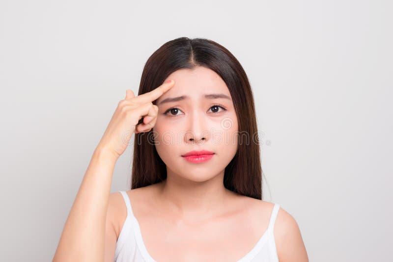 Traurige asiatische Frau mit Problem ihrer Haut lizenzfreie stockbilder