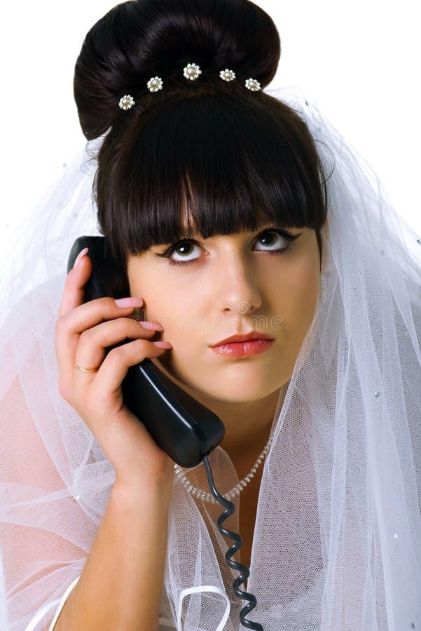 Traurige Braut spricht am Telefon stockbilder