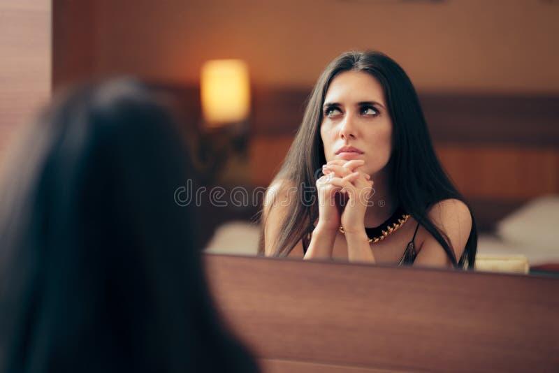 Traurige deprimierte Frau, die im Spiegel schreit lizenzfreie stockfotografie