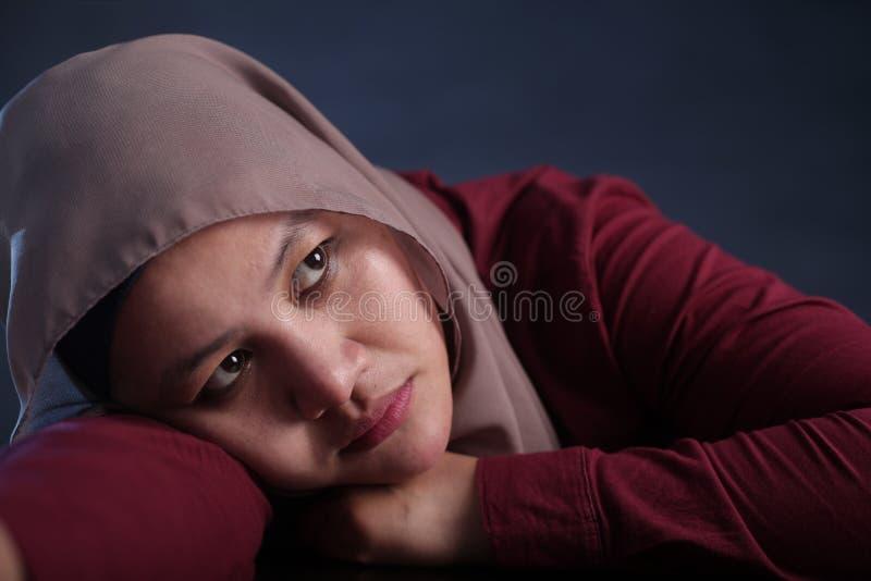 Traurige deprimierte moslemische Frau stockbild