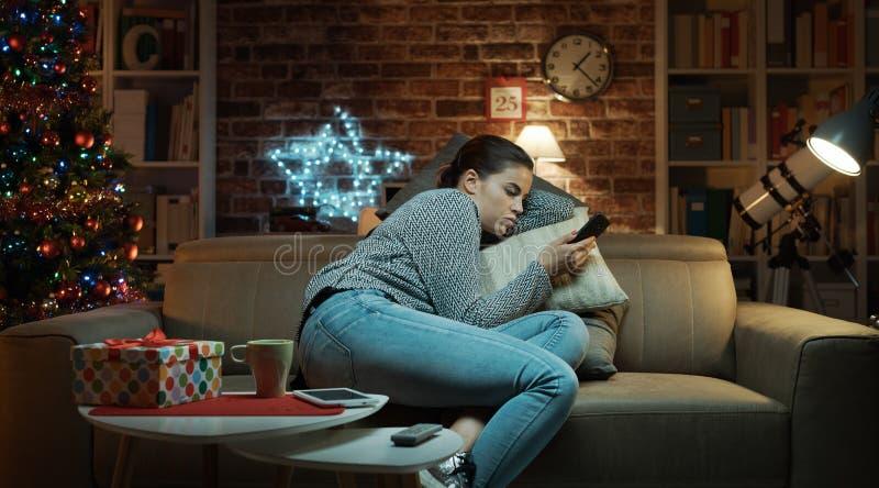 Traurige einsame Frau, die auf Weihnachtsabend plaudert stockfoto