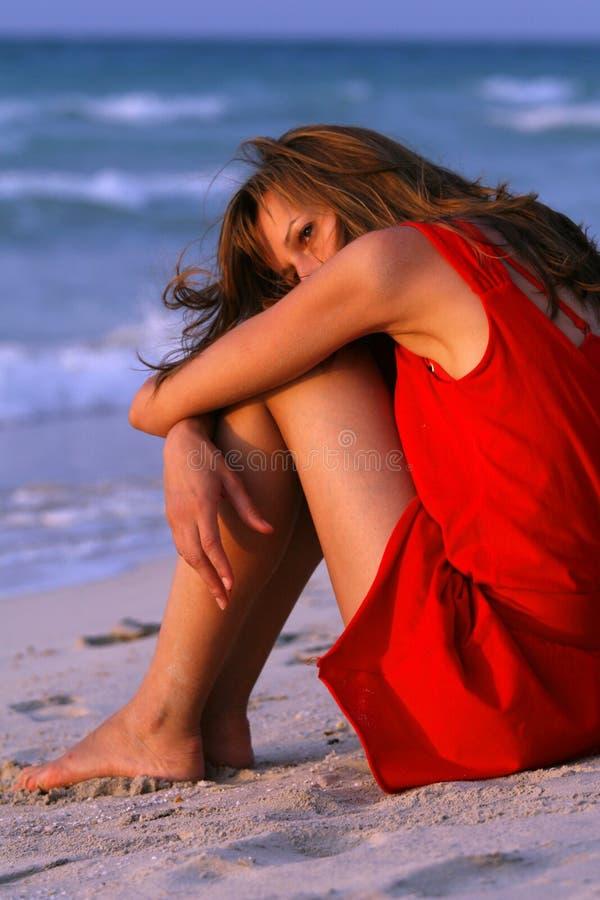 Traurige Frau auf dem Strand stockbild