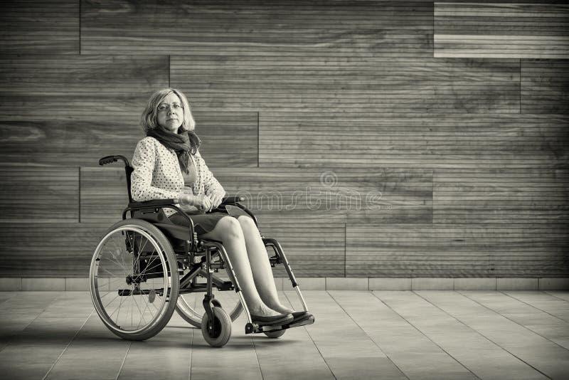 Traurige Frau auf Rollstuhl stockbilder