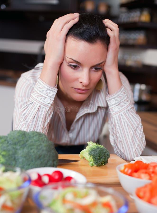 Traurige Frau in der Küche stockfotos