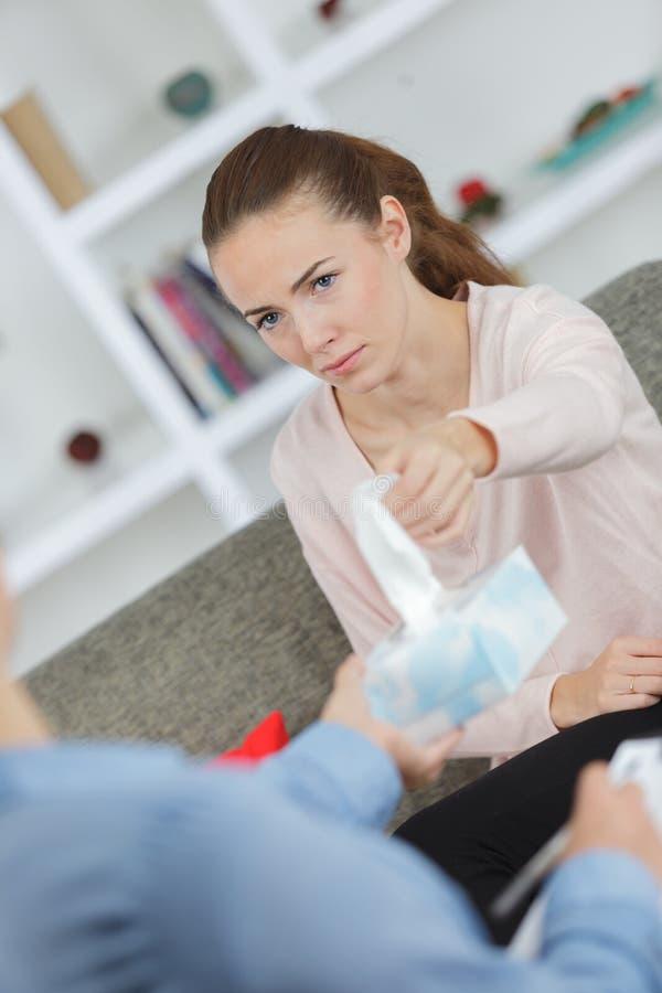 Traurige Frau, die auf dem Sofa spricht mit Psychologen sitzt lizenzfreie stockbilder