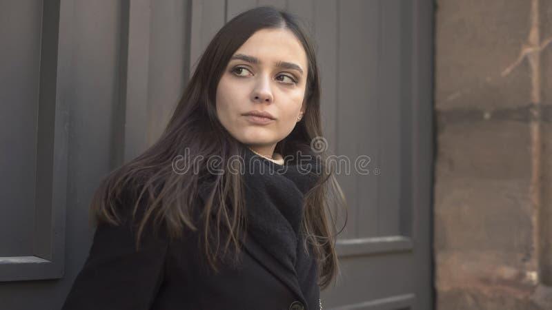 Traurige Frau, die besorgt herum, leidende Paranoia, Geistesstörung, Krankheit schaut stockfotos