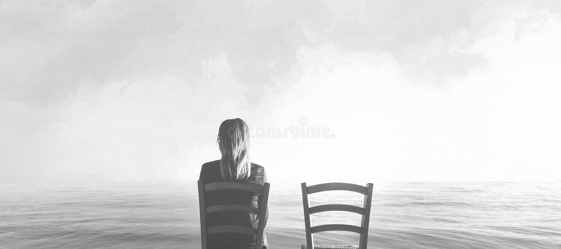 Traurige Frau, die nahe bei ihrem Liebhaber ` s leeren Stuhl sitzt lizenzfreie stockbilder